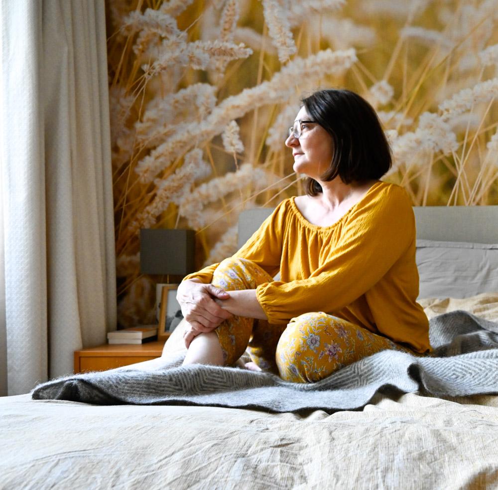 autoportrait agnes vous raconte assise lit