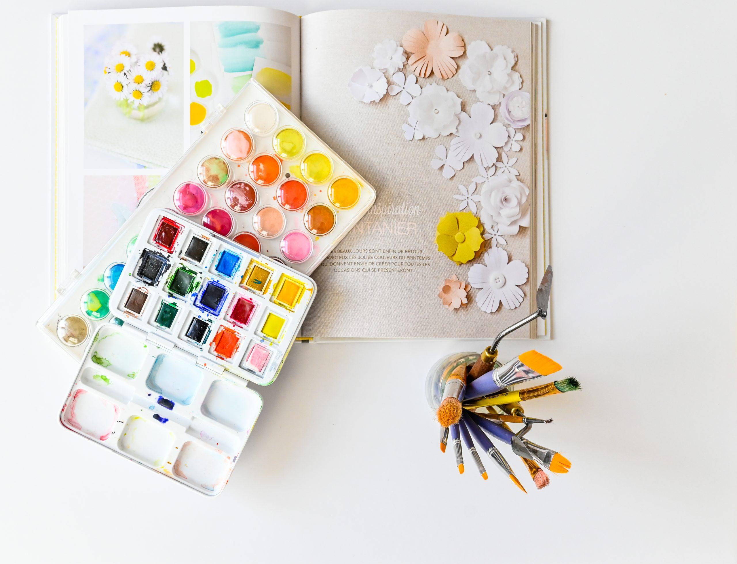 atelier creatif palette d'aquarelle pinceaux livre scrapbooking