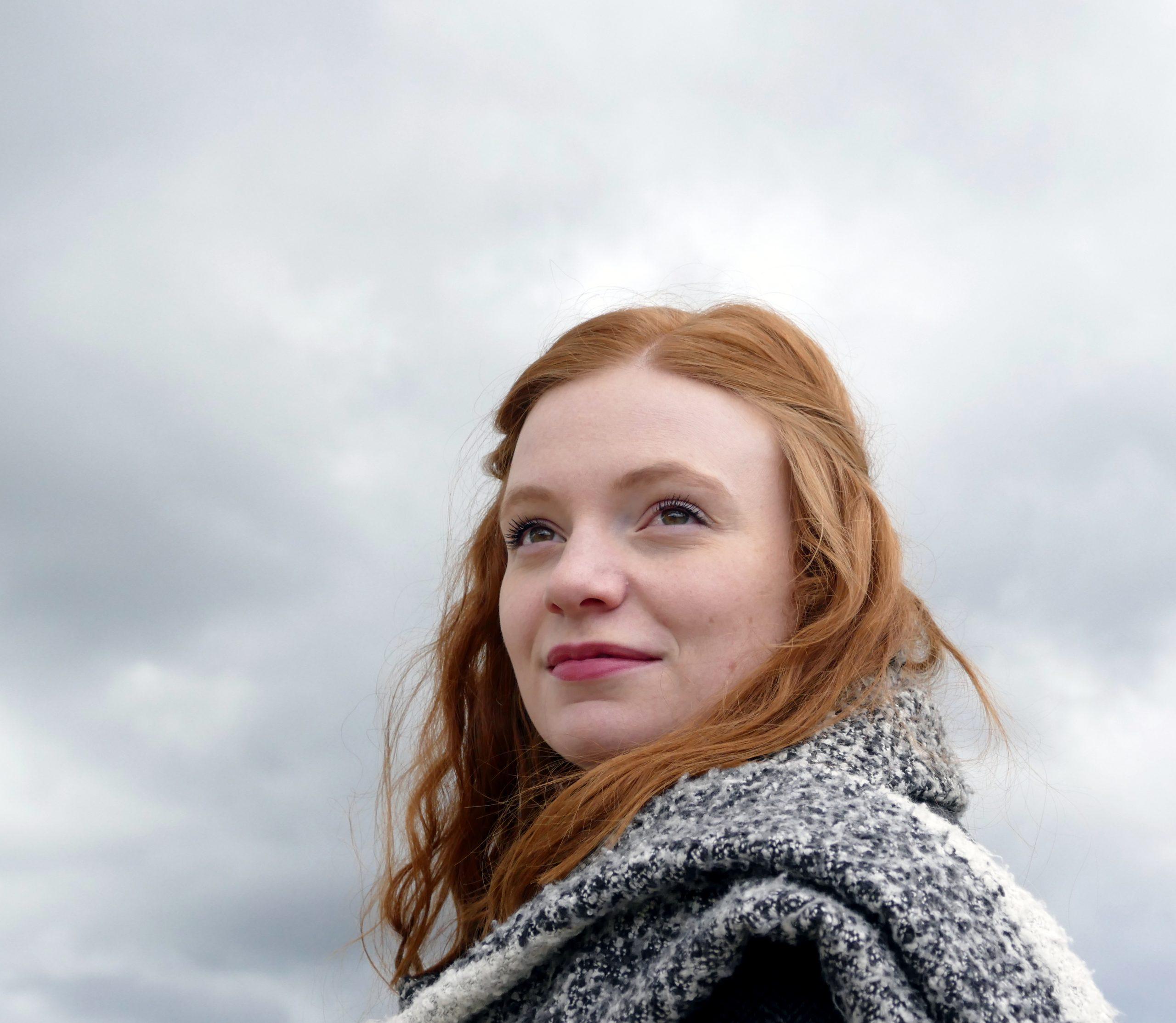 portrait jeune femme ciel gris