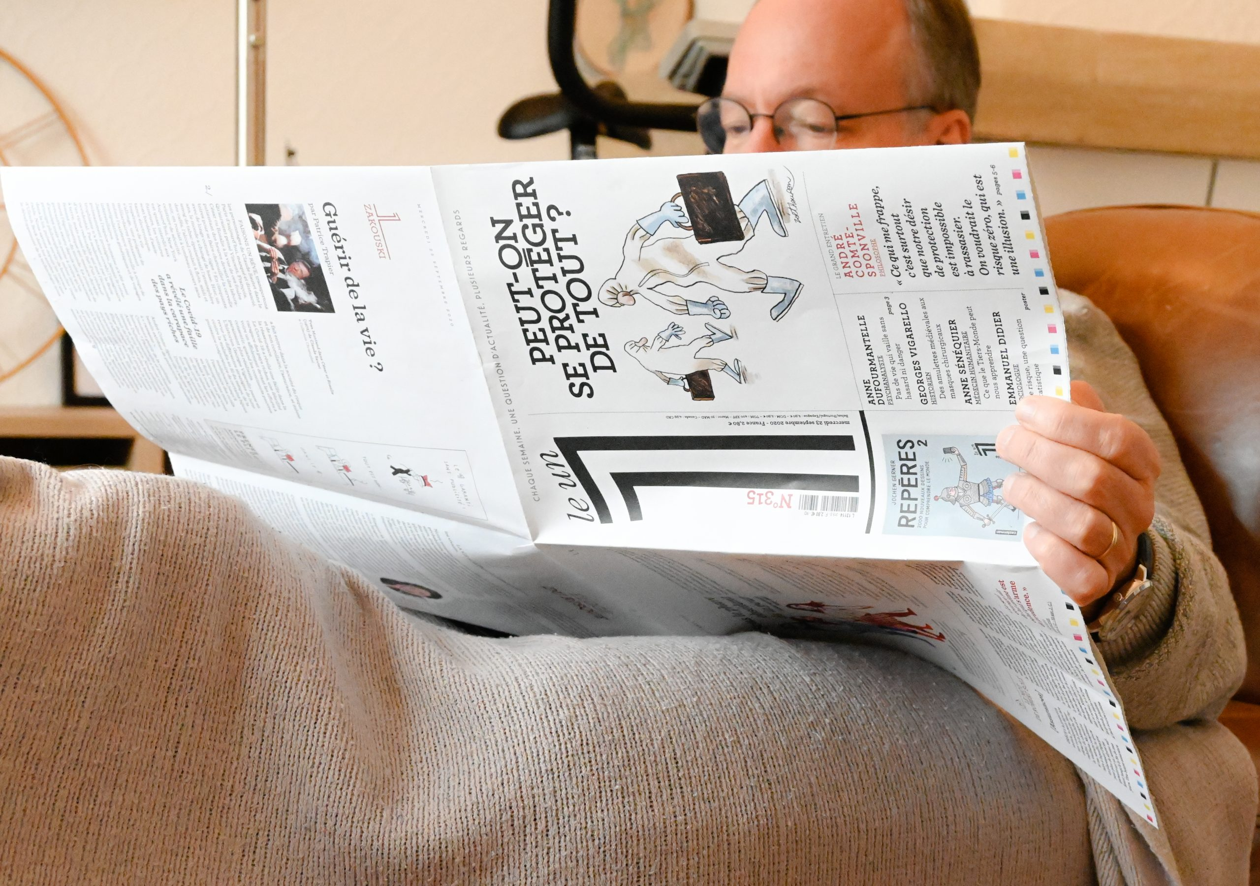 un jour dans la vie homme en train de lire un journal sur la covid
