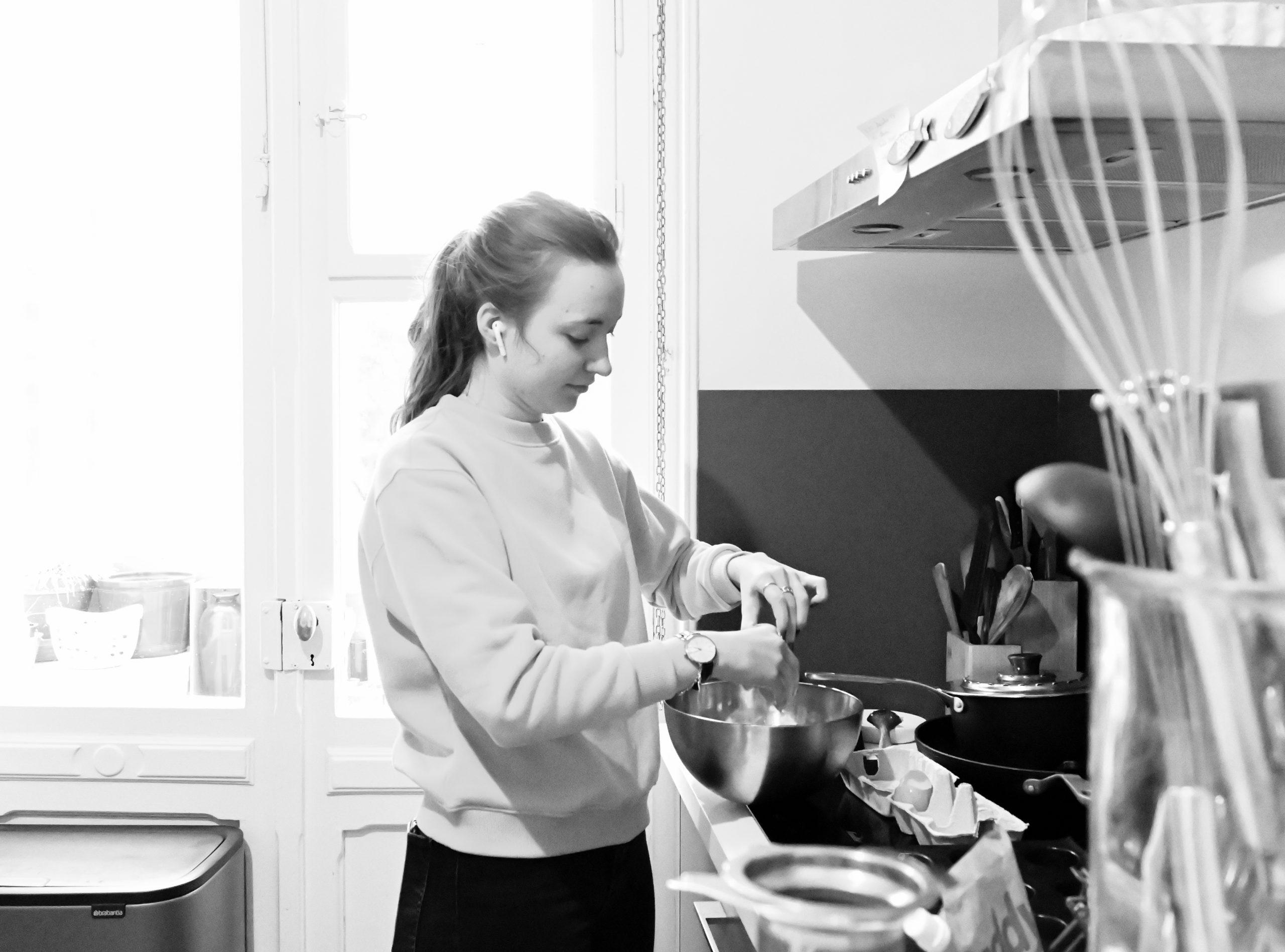 jeune fille en cuisine pour des gateaux