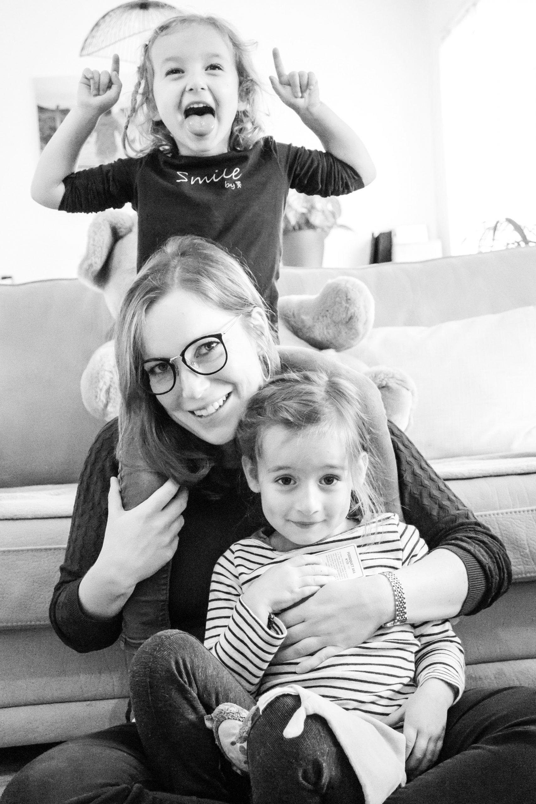 séance photo famille à domicile lifestyle maman avec ses filles