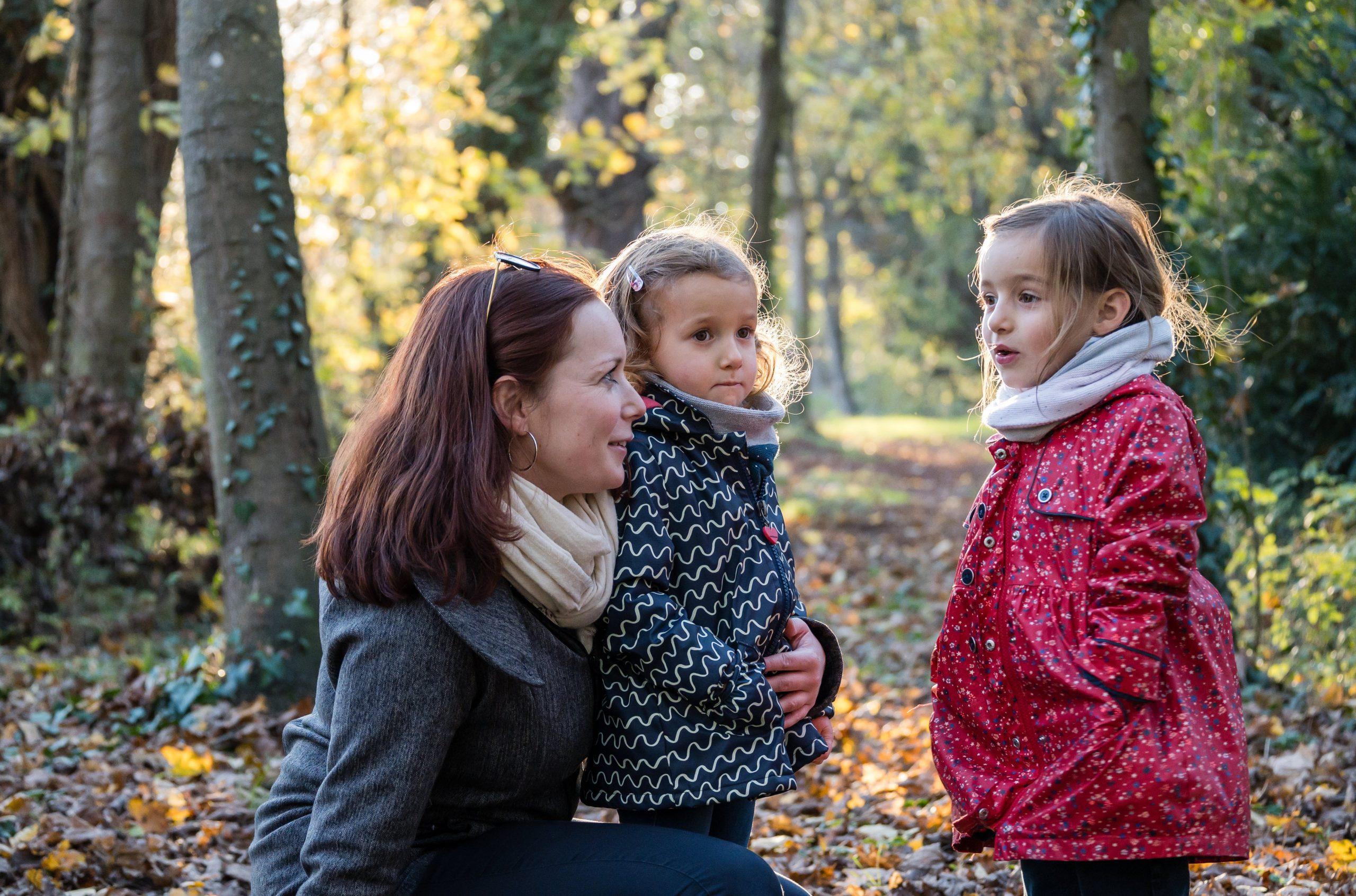 séance photo famille en forêt maman avec ses filles