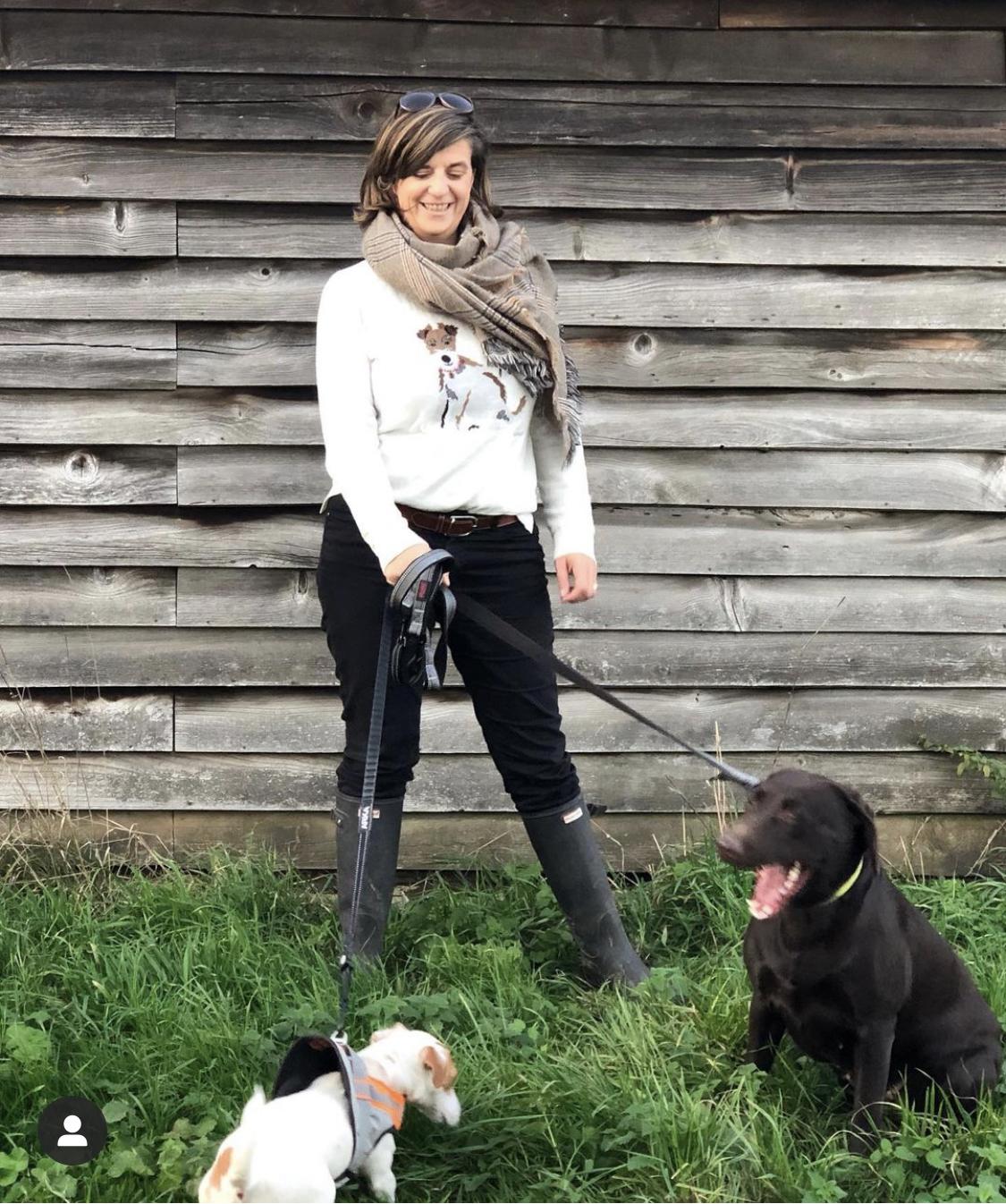 femme avec ses chiens dehors à la campagne sophie-charlotte chapman