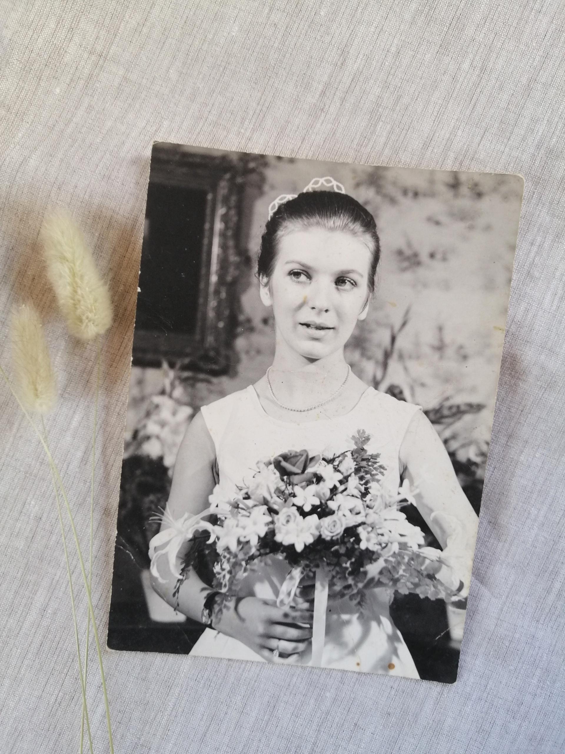 femme mariée avec son bouquet